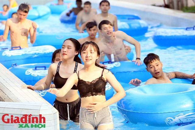 Nhiều nhóm bạn trẻ cùng rủ nhau đến công viên tắm mát.