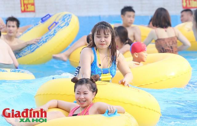 Theo trao đổi của một nhân viên tại đây cho biết, lượng khách đông nhất trong 3 ngày qua khi Hà Nội xuất hiện nắng nóng.
