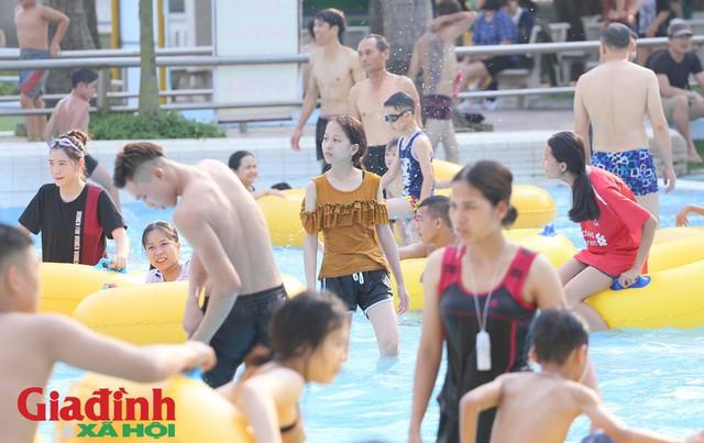 Rất nhiều gia đình trẻ sau khi cho con trẻ xuống tắm khoảng 30 phút đã phải di chuyển lên bờ để đảm bảo sức khỏe.