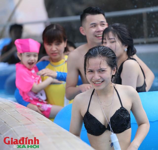 Nhiều người dân cho hay, thời tiết quá nắng nóng trong khi đó tại Hà Nội không có quá nhiều điểm vui chơi giải trí.