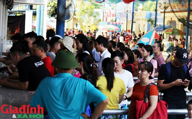 16h30 chiều ngày 19/5 tại Công viên nước Hồ Tây lượng khách đổ về vui chơi đông đúc. Người dân phải đứng xếp hàng mua vé khu vực ngoài cổng.