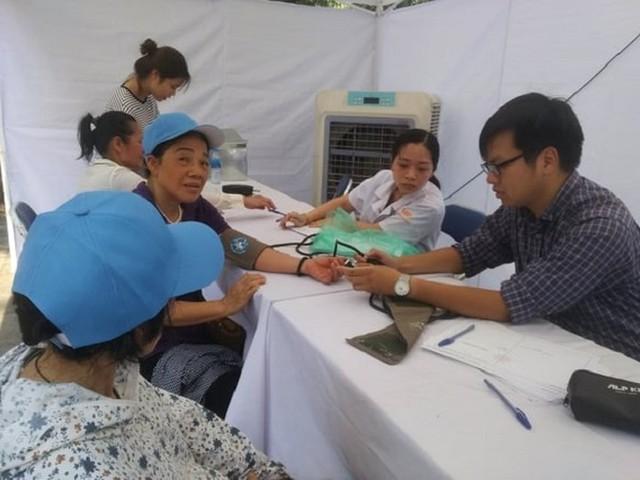2 kỷ lục được xác lập từ chương trình của thầy thuốc trẻ Việt Nam trong ngày Hà Nội nắng nóng kỷ lục - Ảnh 1.