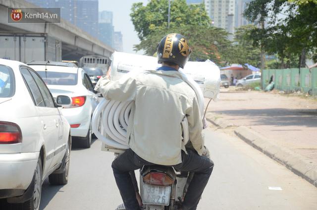 Nắng nóng đỉnh điểm ở Hà Nội, thợ điều hòa kiếm tiền triệu mỗi ngày - Ảnh 3.