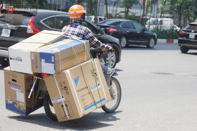 Nắng nóng đỉnh điểm ở Hà Nội, thợ điều hòa kiếm tiền triệu mỗi ngày - Ảnh 6.