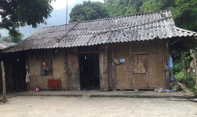 Căn nhà tuyền toàng của vợ chồng chị Hằng thường xuyên bị dột khi mưa