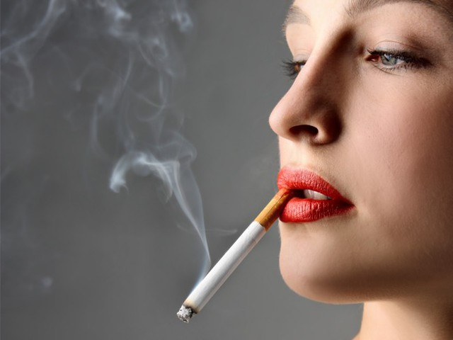 Hút thuốc làm giảm cả số lượng trứng và tinh trùng có thể khó có con