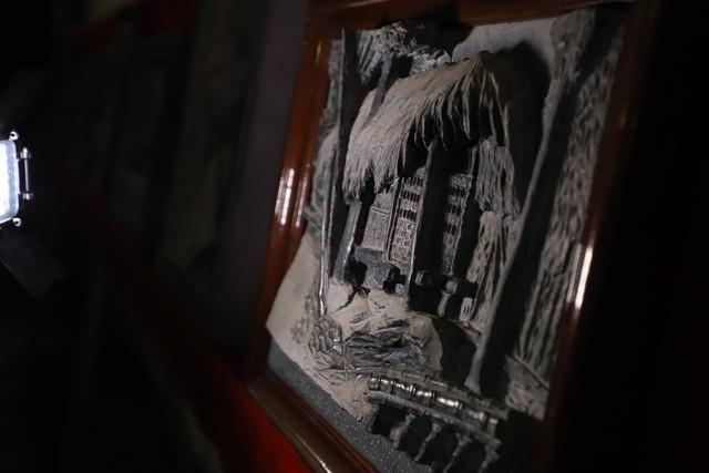 Một tác phẩm tái hiện lại cuộc đời và sự nghiệp của Chủ tịch Hồ Chí Minh đang được nghệ nhân Triệu Hoàng Giang trưng bày tại tư gia.