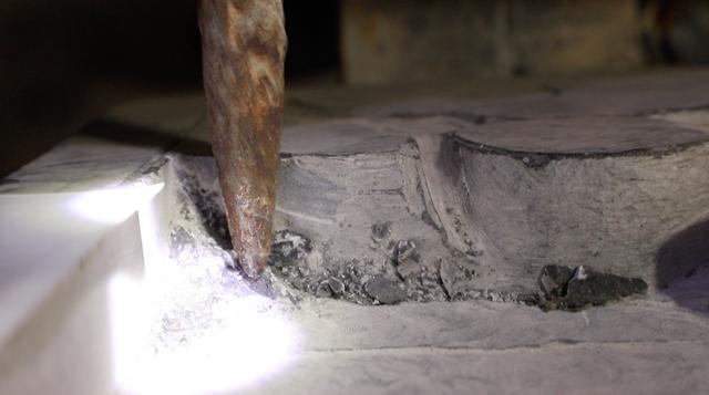 Công đoạn phá khối, tạo độ sâu, dày cho tác phẩm được thực hiện hoàn toàn bằng tay.