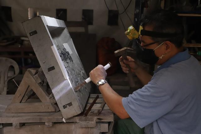 Đầu tiên là phá khối đá, công đoạn phá khối thô được hỗ trợ bằng máy móc, thiết bị, tuy nhiên, phá khối tạo hình nhân vật thì phải thực hiện bằng tay.