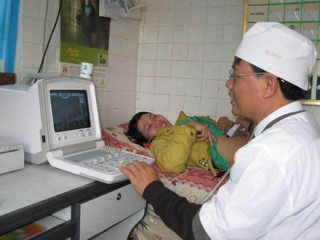 BS Đinh Thế Diện thăm khám cho người bệnh (ảnh nhân vật cung cấp).