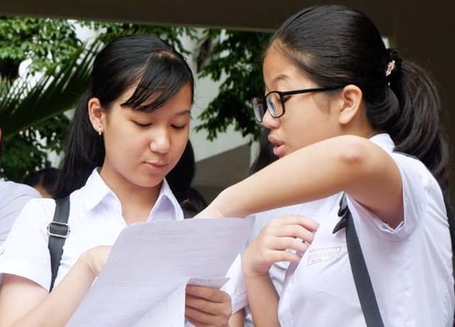 Học sinh Đà Nẵng trao đổi sau kỳ thi vào lớp 10 năm học 2018-2019. Ảnh: C.Ngọc.