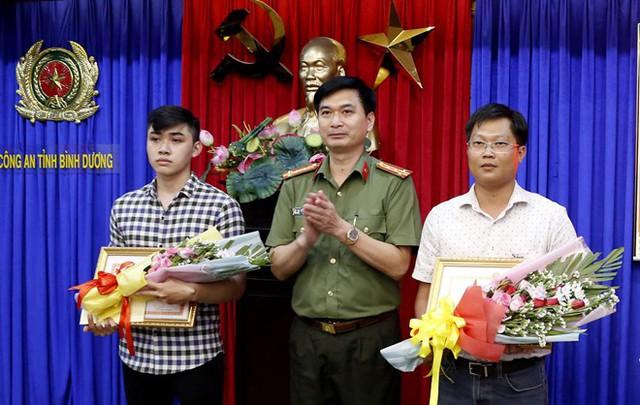 Giám đốc Công an tỉnh Bình Dương trao thưởng cho người dân có công phá vụ án. Ảnh: Thanh Kiều.