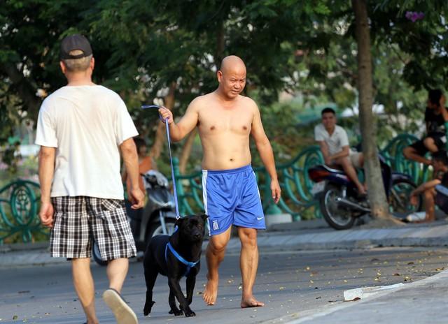Không chỉ tắm mát, vui chơi, rất nhiều người dân còn mang theo thú cưng cho tắm cùng.