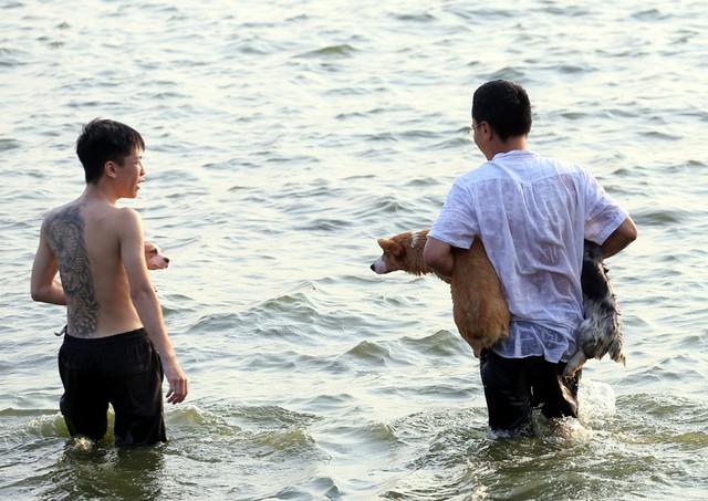 Nhiều nam thanh niên cho biết, các loại chó rất thích bơi lội nên việc đưa ra bãi biển này để tập luyện kỹ năng.