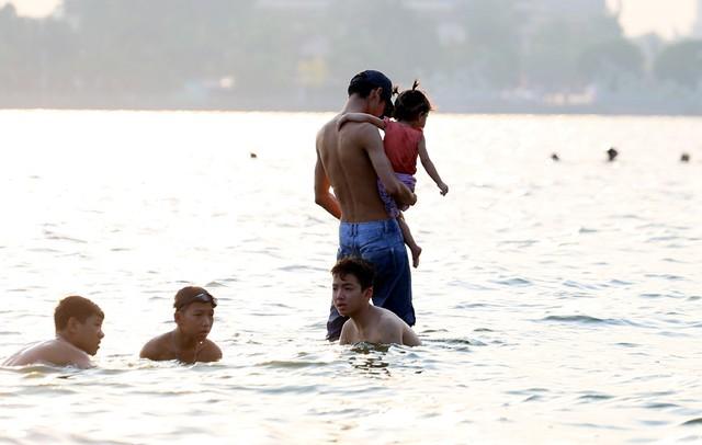 Đặc biệt, tại bến tắm này cũng xuất hiện khá nhiều ông bố, bà mẹ cho trẻ nhỏ tắm cùng.