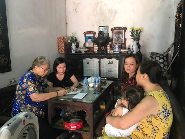 Bà Đỗ Thị Thúy - đại diện chương trình Vòng tay nhân ái, Báo Gia đình và Xã hội (bên phải) chia sẻ với gia đình chị Hà