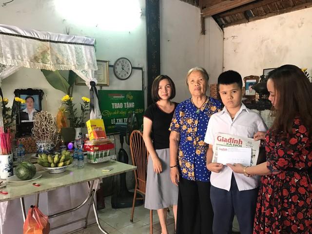Gia đình chị Hà nhận tiền hỗ trợ của bạn đọc hảo tâm gửi qua Báo gia đình và Xã hội