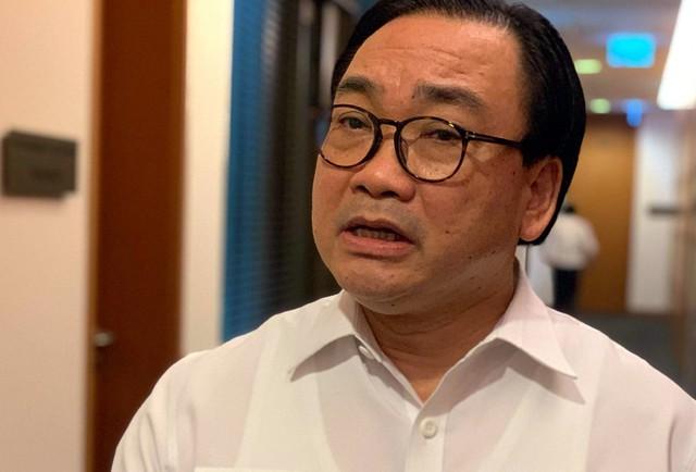 Bí thư Thành ủy Hà Nội Hoàng Trung Hải trao đổi với báo chí tại hành lang Quốc hội sáng ngày 21/5.