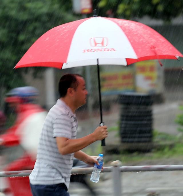 Khoảng 7h45 phút, cơn mưa rào bất ngờ đổ xuống Thủ đô khiến nhiều người thích thú sau nhiều ngày chờ đợi.