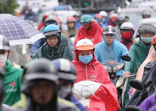 Mưa rào kéo dài khoảng 15 phút sau đó ngớt nhưng vẫn rơi rả rích đến thời điểm hiện tại. Mưa rào đầu mùa cũng khiến người dân gặp chút ít khó khăn khi di chuyển từ nhà đến công sở.