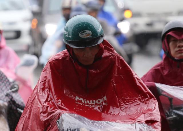 Người đàn ông này dù mặc áo mưa kín mít nhưng vẫn bị ướt.