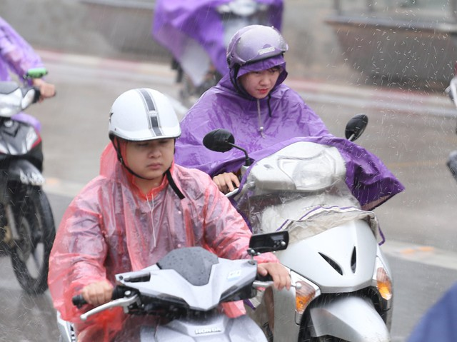 Thời điểm mưa nặng hạt khiến người dân di chuyển khó khăn.