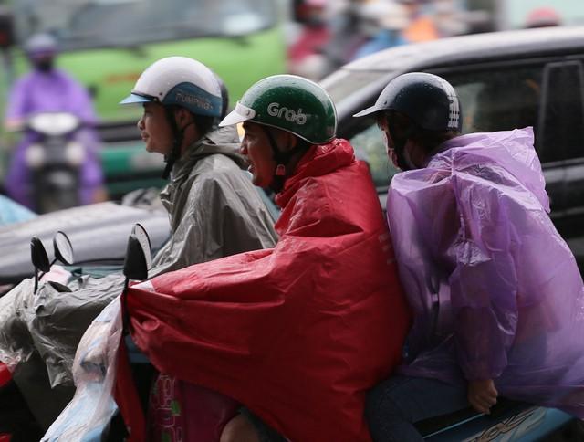 Vùng mây đối lưu sẽ tiếp tục mở rộng về phía đông bắc gây mưa rào và dông cho các quận nội thành Hà Nội như Hà Đông, Thanh Xuân, sau đó có thể lan sang các quận nội thành khác.