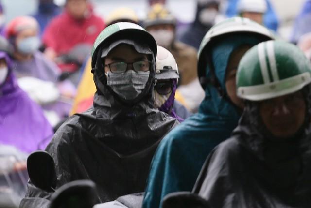 Trong cơn dông cần đề phòng khả năng xảy ra lốc, sét và gió giật mạnh; các quận Nội Thành đề phòng ngập úng.