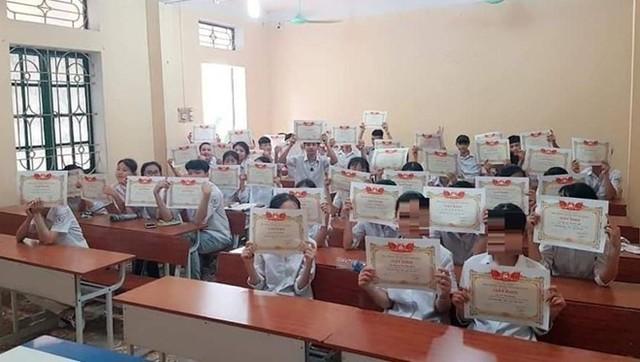 Tình trạng ai cũng được giấy khen diễn ra ở nhiều trường học.