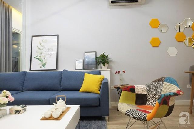 Ghế rocking với màu sắc bắt mắt tạo điểm nhấn vui tươi cho khu vực phòng khách.