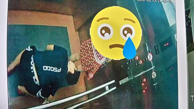 Đối tượng này quỳ xuống sàn thang máy để nhìn vào trong váy của bé gái.