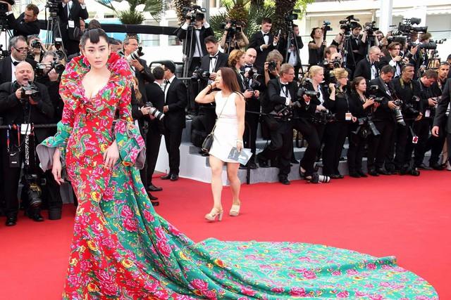 Người Trung Quốc bẽ bàng với những hình ảnh lố lắng, rẻ tiền của những hotgirl vô danh trên thảm đỏ Cannes