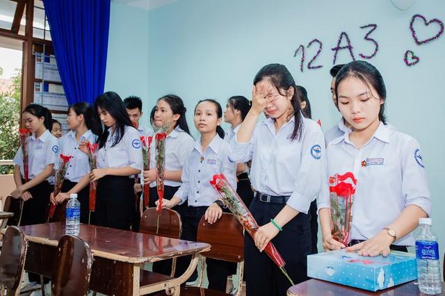 Học sinh bí mật chuẩn bị những món quà nhỏ như một lời xin lỗi và cảm ơn gửi đến bố mẹ trong buổi hợp lớp cuối cùng.