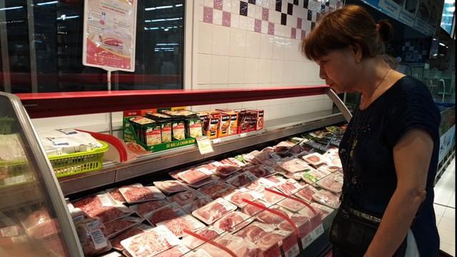 Nhiều người tiêu dùng săn đón thịt lợn sạch để làm thực phẩm chính cho bữa ăn gia đình.