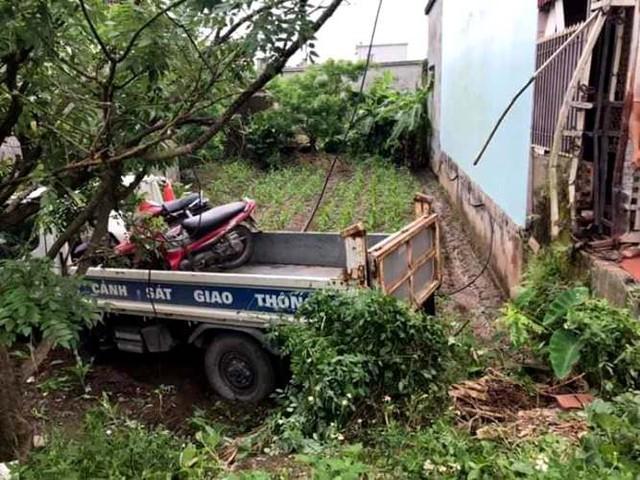 Sau khi mất lái, chiếc ô tô chuyên dụng của lực lượng CSGT huyện Tiền Hải đã đâm trúng vào 1 phụ nữ đang ngồi trước cửa nhà và sau đó lao xuống ruộng