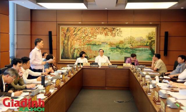 Các đại biểu thảo luận tại tổ sáng ngày 22/5. Ảnh: Lê Bảo.