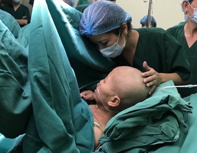 Chị Liên không thể sinh con trong tư thế nằm vì đau đớn bệnh tật