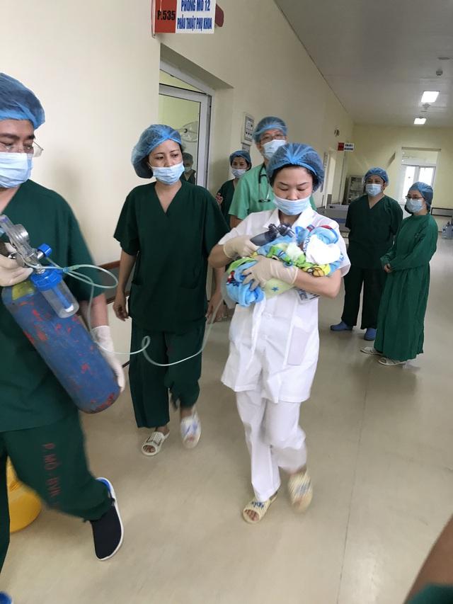 Bé trai ngay khi chào đời đã được chuyển đi sang bệnh viện Phụ sản Trung ương