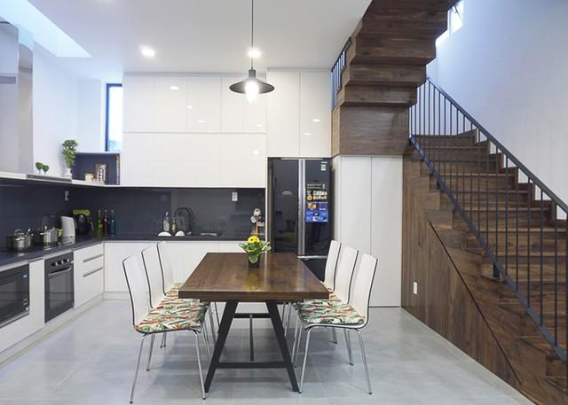 Gia chủ có nhu cầu một không gian sinh hoạt chung, vì thế phòng khách, bếp, phòng ăn được đặt liên thông ở tầng 1. Gầm cầu thang được tận dụng làm toilet, để tối đa hóa diện tích sử dụng.