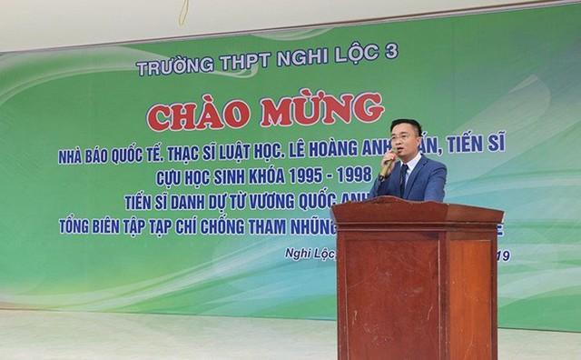 Ông Lê Hoàng Anh Tuấn xuất hiện trong lễ tri ân trường THPT Nghi Lộc 3 với hàng loạt danh xưng kêu như chuông.