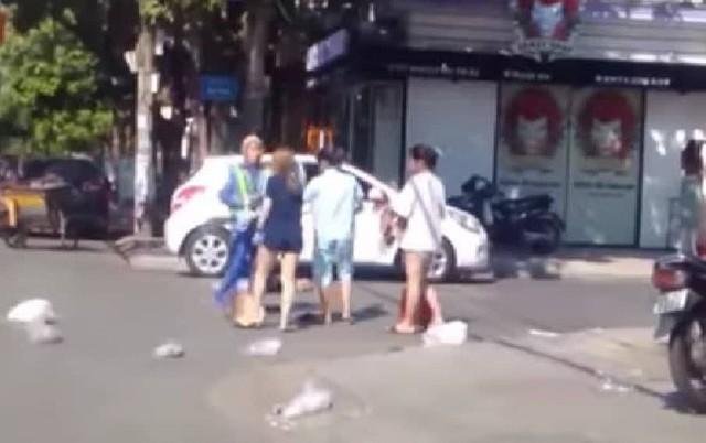 Nữ chủ shop quần áo hành hung cô lao công (ảnh cắt từ clip).