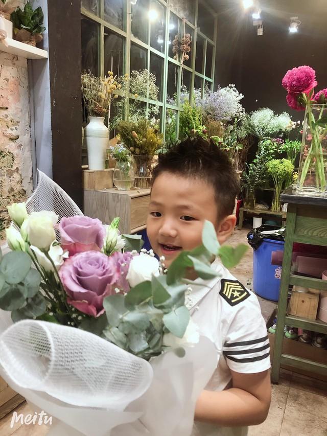 Hình ảnh Bé Be ôm bó hoa mới mua về tặng mẹ được Chí Nhân chia sẻ trên trang cá nhân.