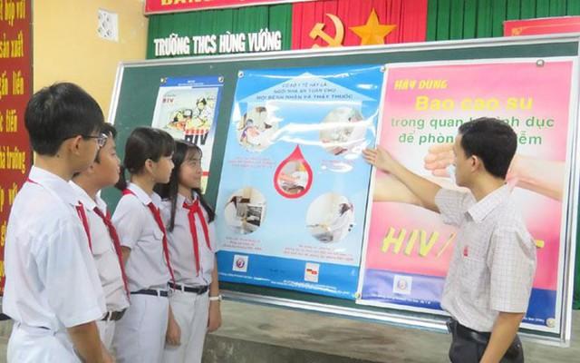 Giáo viên giúp học sinh nhận biết những tác hại của ma túy và các đường lây truyền HIV/AIDS.