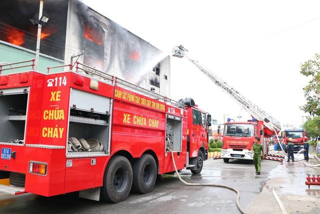 Bình Dương: Lực lượng chữa cháy TP. HCM chi viện cho Bình Dương để dập đám cháy tại công ty sản xuất keo công nghiệp  - Ảnh 1.