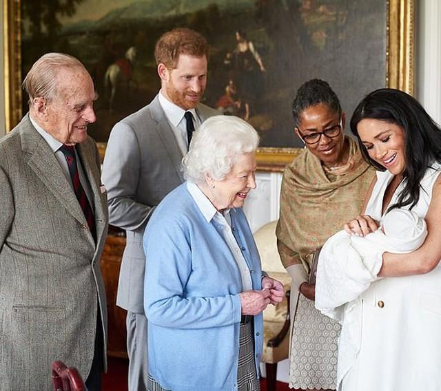 Doria xuất hiện cạnh con gái và cháu ngoại khi vợ chồng Nữ hoàng Anh đến lâu đài Windsor thăm chắt hôm 8/5. Ảnh: Instagram.