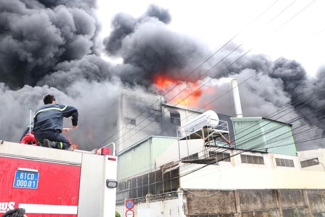 Bình Dương: Lực lượng chữa cháy TP. HCM chi viện cho Bình Dương để dập đám cháy tại công ty sản xuất keo công nghiệp  - Ảnh 3.