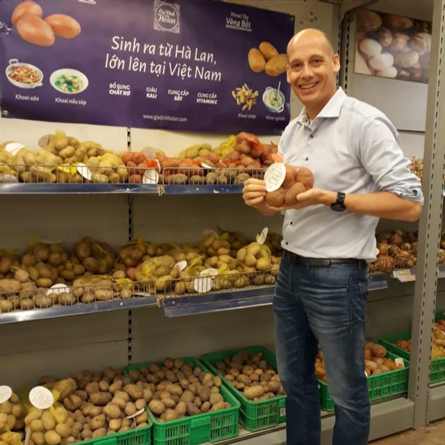Ông Rene van Rensen, tổng giám đốc công ty Fresh Studio Innovations Asia bên cạnh gian hàng khoai tây thương hiệu Gia Đình Hà Lạn tại siêu thị MegaMart.