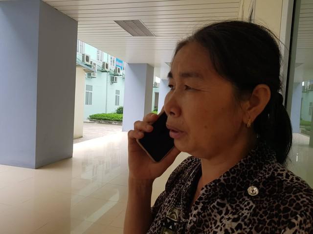 Từ khi con gái ruột của bà vào phòng mổ đẻ chiều qua đến giờ, bà Oanh phải sạc điện thoại liên tục vì chốc chốc lại có người gọi điện hỏi thăm sức khoẻ hai mẹ con chị Liên. Ảnh: Võ Thu