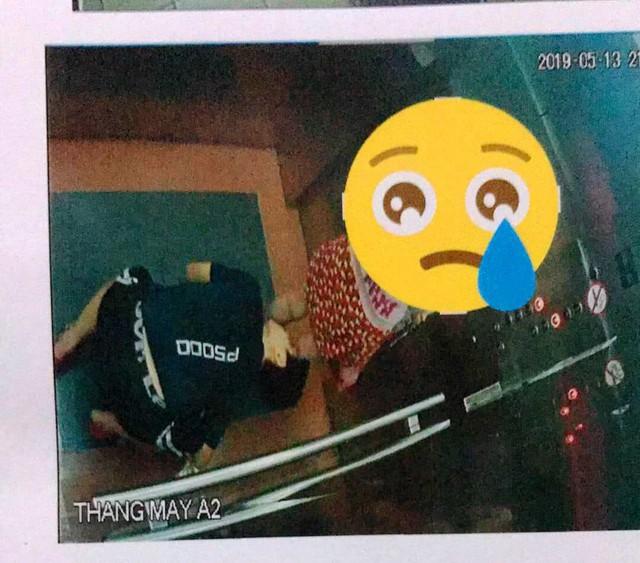 Hình ảnh người có hành động gây phản cảm trong thang máy.