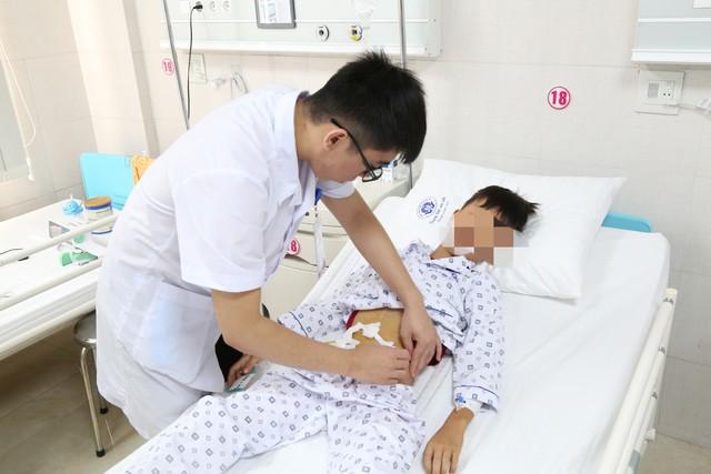 Bệnh nhi K được bác sĩ thăm khám sau mổ. Ảnh: BVCC
